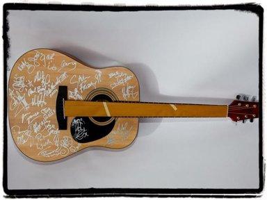 Une guitare signée par Bono et The Edge sur eBay